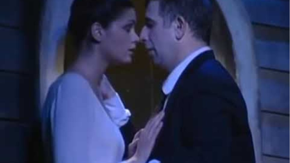 """Τα ανάρμοστα φιλιά του Πέτρου Φιλιππίδη στην παράσταση """"Οι Ηλίθιοι"""""""