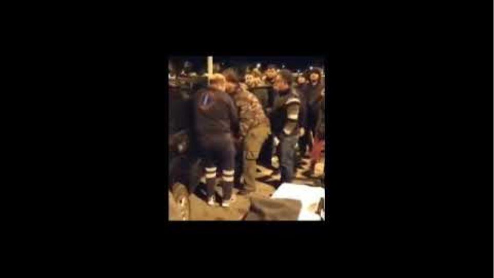 Χίος ασθενοφόρο παραλαμβάνει τον τραυματισμένο δήμαρχο Χίου Σταμάτη Κάρμαντζη