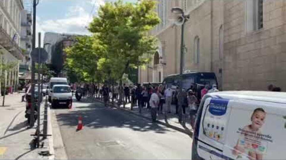 Πολίτες σχηματίζουν ουρά για να αποχαιρετίσουν τον Μίκη Θεοδωράκη