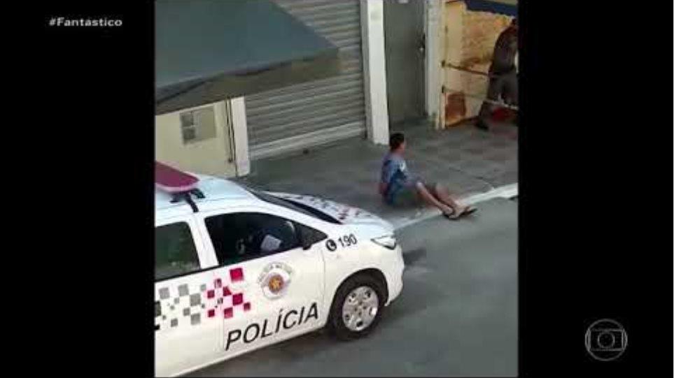 Vídeo exibido no Fantástico,TV Globo, um policial de SP pisa em pescoço de mulher rendida no chão