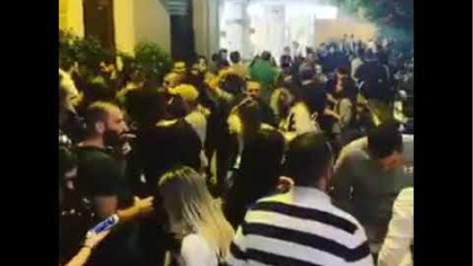 Δείτε βίντεο: Απίστευτος συνωστισμός στου Ψυρρή το βράδυ του Σαββάτου