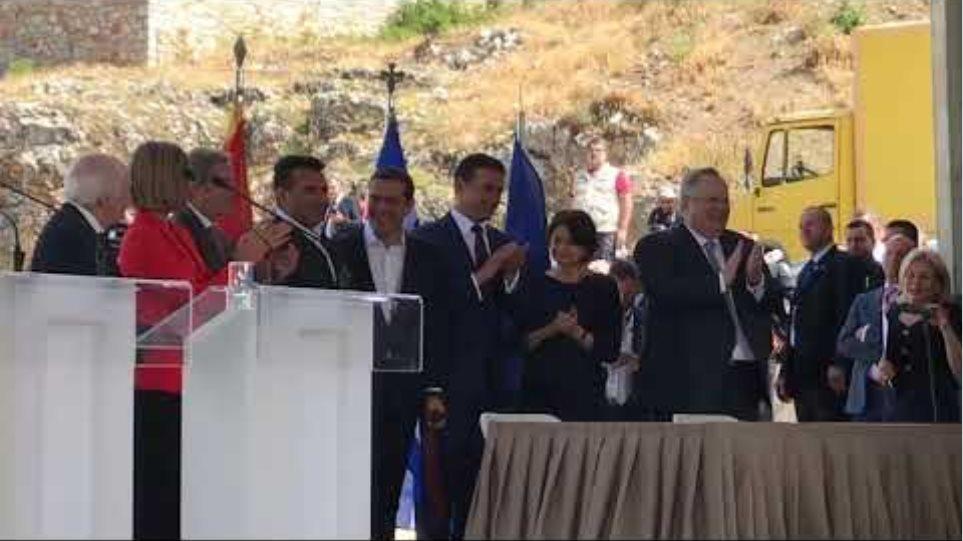 Υπογραφή συμφωνίας Ελλάδα - ΠΓΔΜ, ο Ζάεφ δίνει τη γραβάτα του στον Τσίπρα