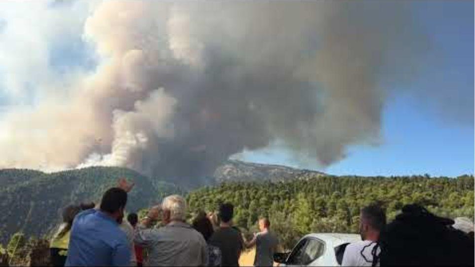 Αεροσκάφη πετούν για την φωτιά στην Πλατάνα