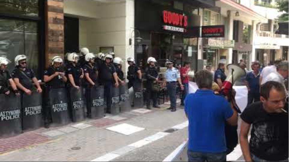 Διαμαρτυρία για τον πλειστηριασμό πρώτης κατοικίας στη Λάρισα