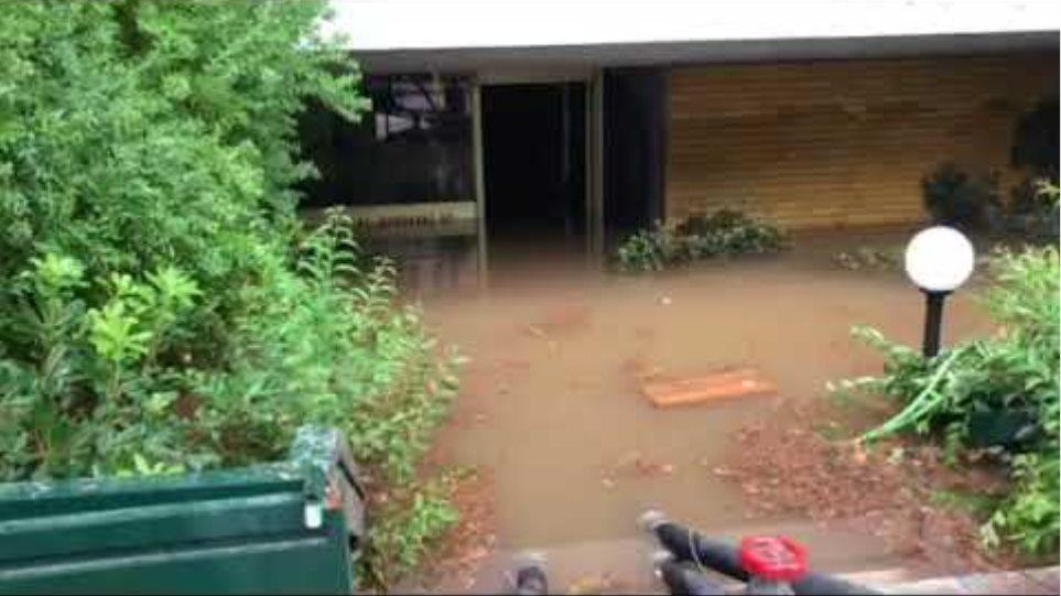 Πλημμυρισμένη είσοδος πολυκατοικίας