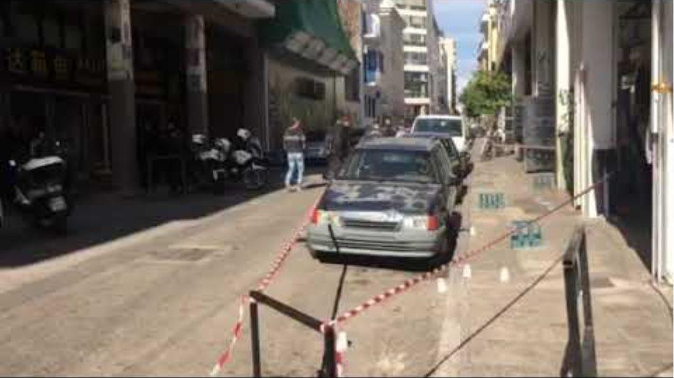 Αιματηρή συμπλοκή στη Μενάνδρου - Ένας νεκρός  Φονική συμπλοκή στη Μενάνδρου: Τον σκότωσαν γιατί δεν πλήρωνε «προστασία» για την πιάτσα πώλησης τσιγάρων Trpxra2RZqk