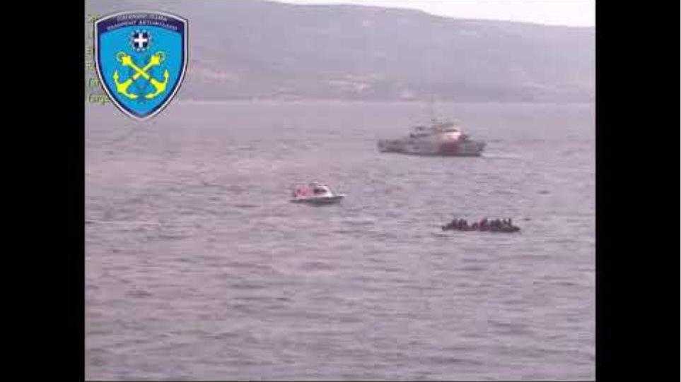 Τουρκικές ακταιωροί πλέουν πλησίον λέμβου με αλλοδαπούς εντός ΤΧΥ