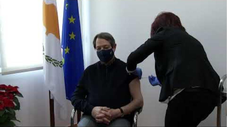 Καρέ-καρέ ο εμβολιασμός του Προέδρου Αναστασιάδη