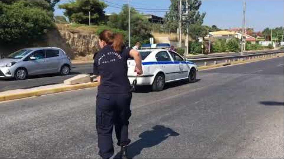 Αστυνομικοί κλείνουν το δρόμο λόγω φωτιάς στη Ραφήνα