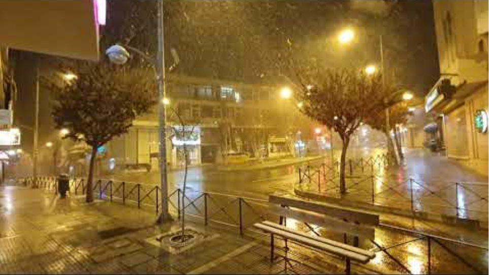 kozan.gr: Ώρα 22.30: Συνέχεια χιονόπτωσης- Εικόνες από τη Πλατεία Λασσάνη κι άλλα σημεία της πόλης