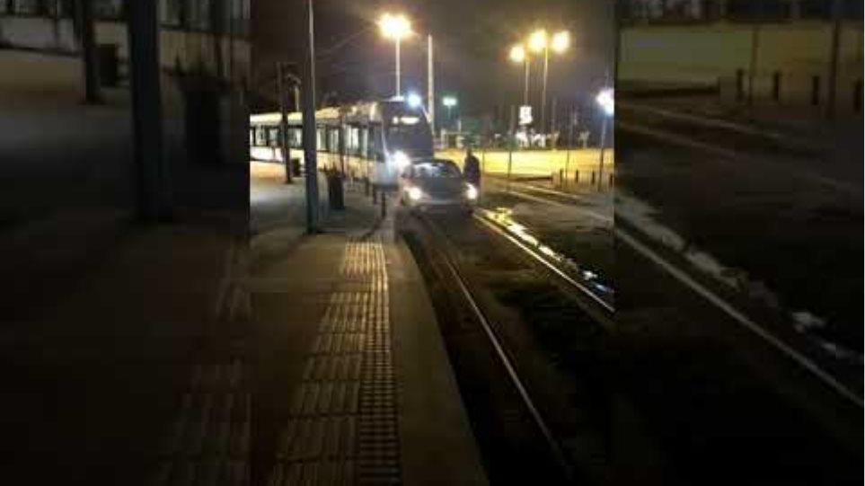 Γλυφάδα: Παρατάει το αυτοκίνητο πάνω στις γραμμές του τραμ για να πάει στο ΑΤΜ