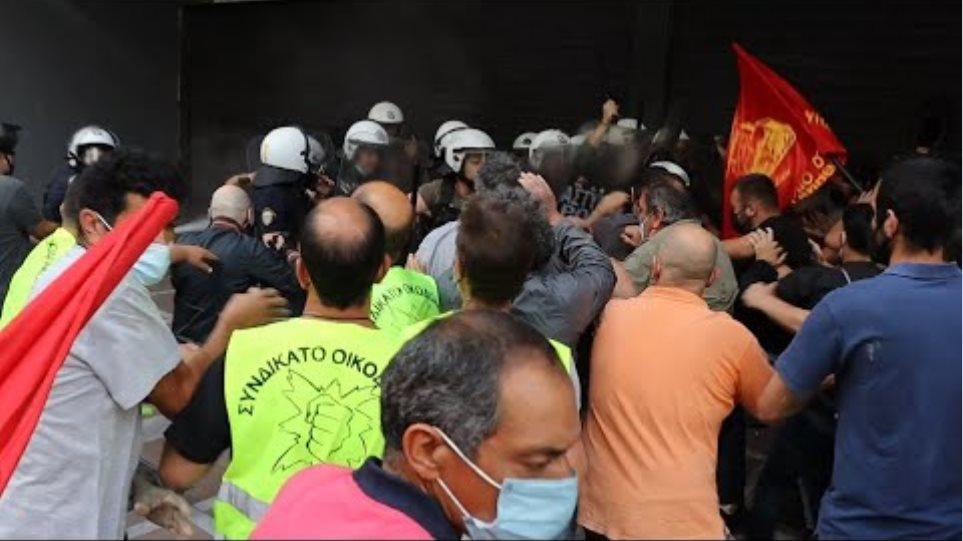 Επίθεση ΜΑΤ στη παράσταση διαμαρτυρίας των Οικοδόμων στο Υπ.Εργασίας
