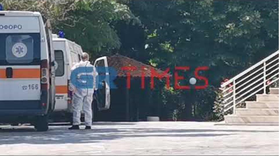 Ασθενοφόρα στον οίκο Ευγηρίας στο Ασβεστοχώρι όπου βρέθηκαν δεκάδες κρούσματα κορωνοϊού - GRTimes.gr