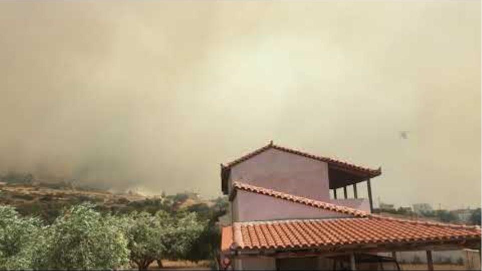 Καίγονται σπίτια μέσα στο χωριό