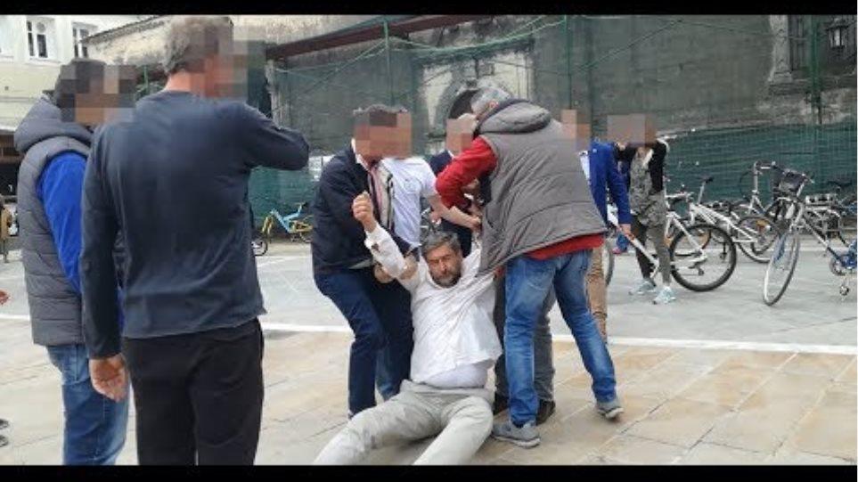 Άνδρες της ασφάλειας σέρνουν τον καθηγητή Μιχάλη Μαραγκάκη στην Λευκάδα
