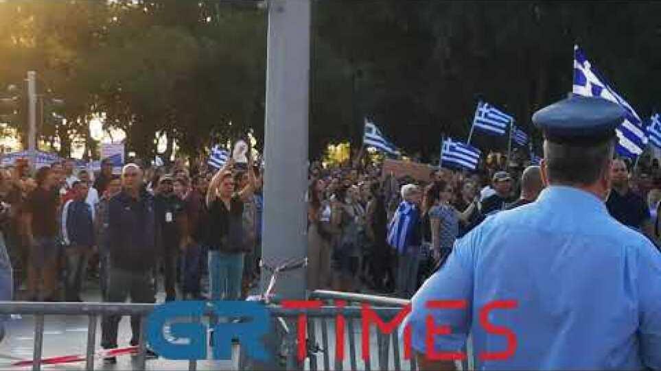 Ο εθνικός ύμνος από τους διαδηλωτές μπροστά στο δημαρχείο