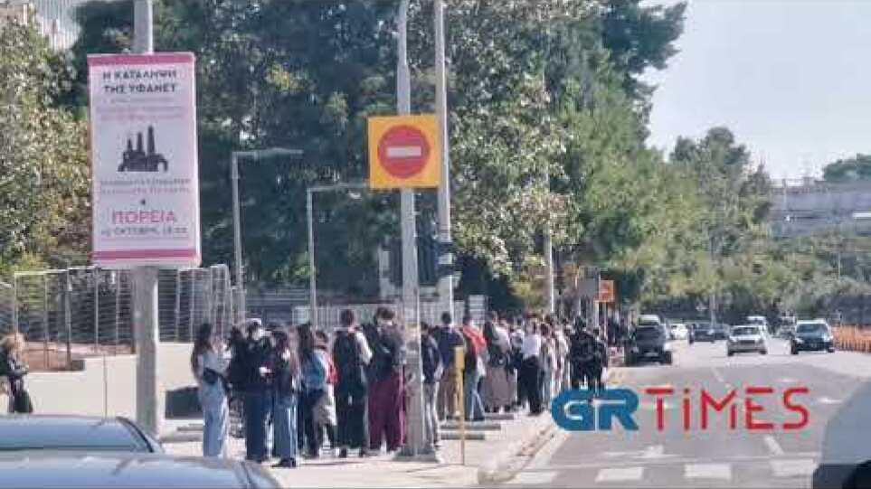 Τεράστια ουρά και αναμονή για μια μεριδα φαγητό στη λέσχη του ΑΠΘ - GRTimes.gr