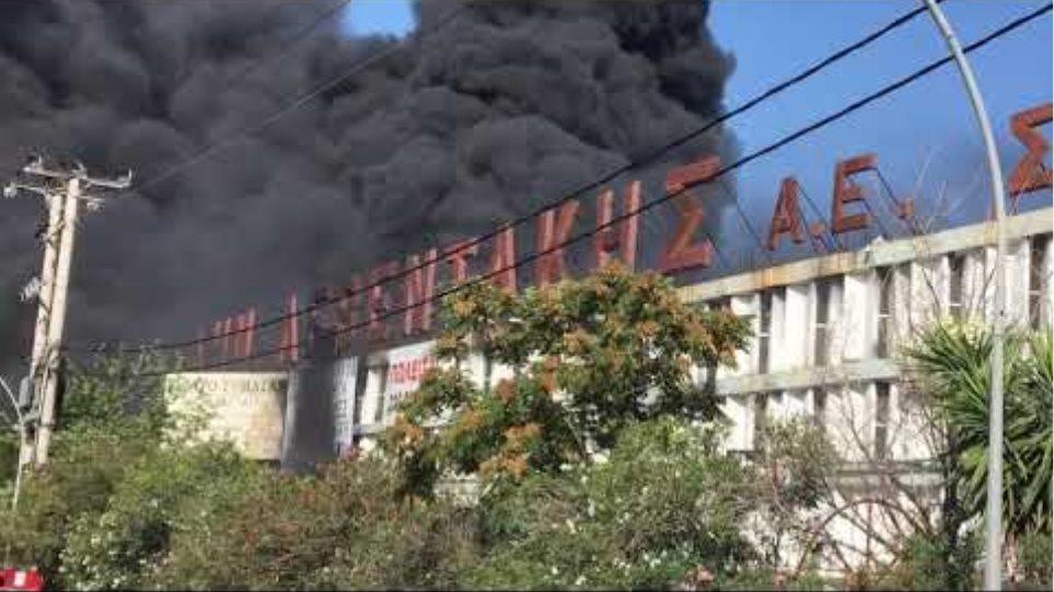 Μεγάλη φωτιά τώρα στη Μεταμόρφωση - Κλειστή η Αθηνών-Λαμίας 2