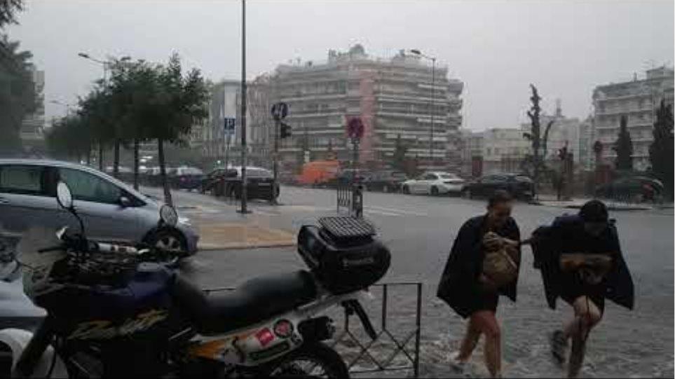 Καταρρακτώδης βροχή στη Θεσσαλονίκη-  GRTimes.gr