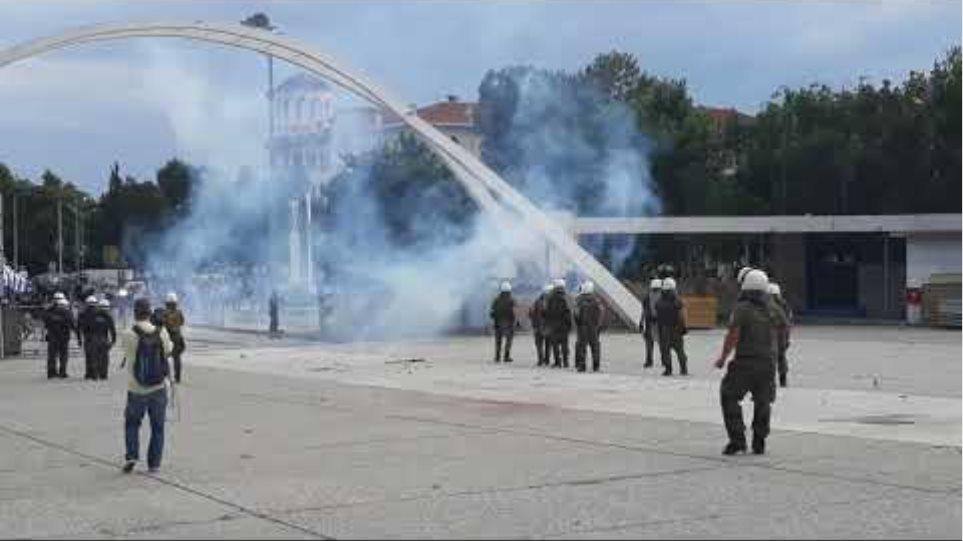 Άγρια επεισόδια μεταξύ διαδηλωτών και αστυνομικών στη Θεσσαλονίκη - Voria.gr