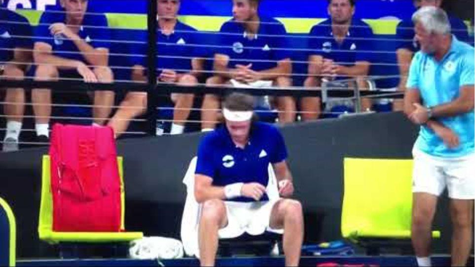 Angry Tsitsipas hurts his father while smashing the racket