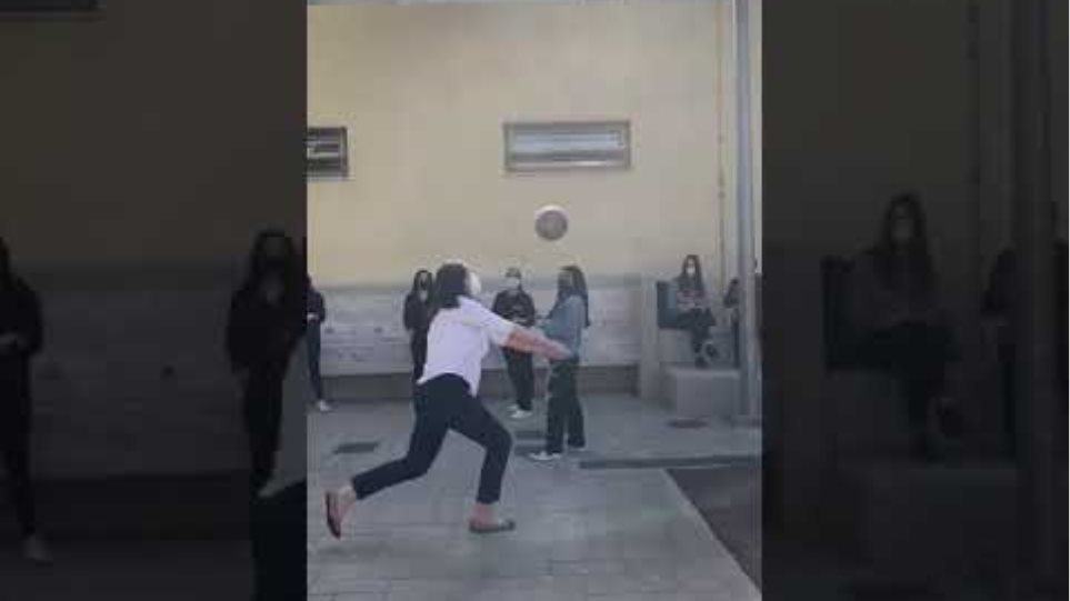H Υπουργός Παιδείας Νίκη Κεραμέως έπαιξε βόλευ μαζί με μαθητές στο προαύλειο του 50ου λυκείου Αθηνών