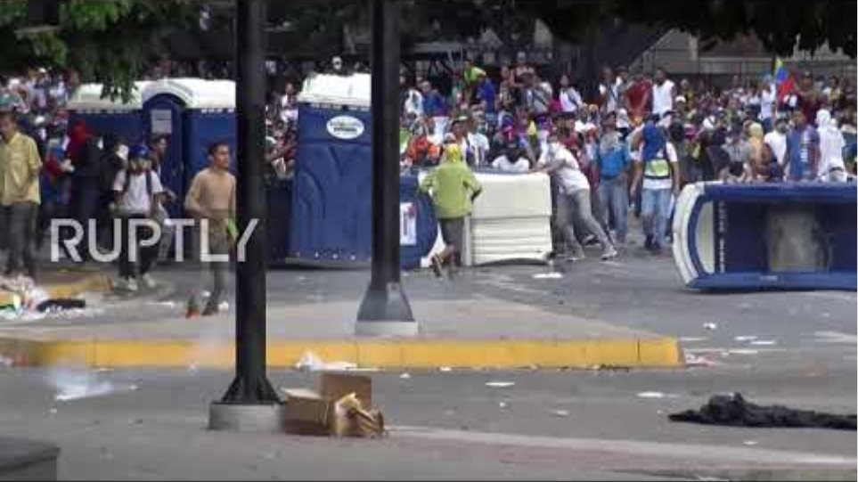 Venezuela: Clashes in Caracas as opposition leader declares himself 'Interim-President'