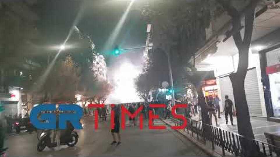 Κροτίδες και φωτοβολίδες προς τα ΜΑΤ - GRTimes.gr