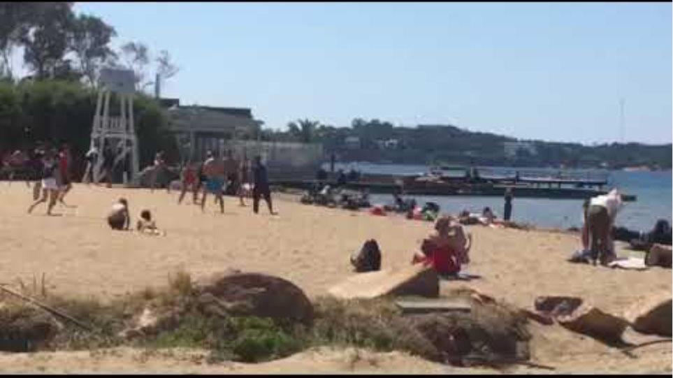 Ο κόσμος βγήκε βόλτα στην παραλία