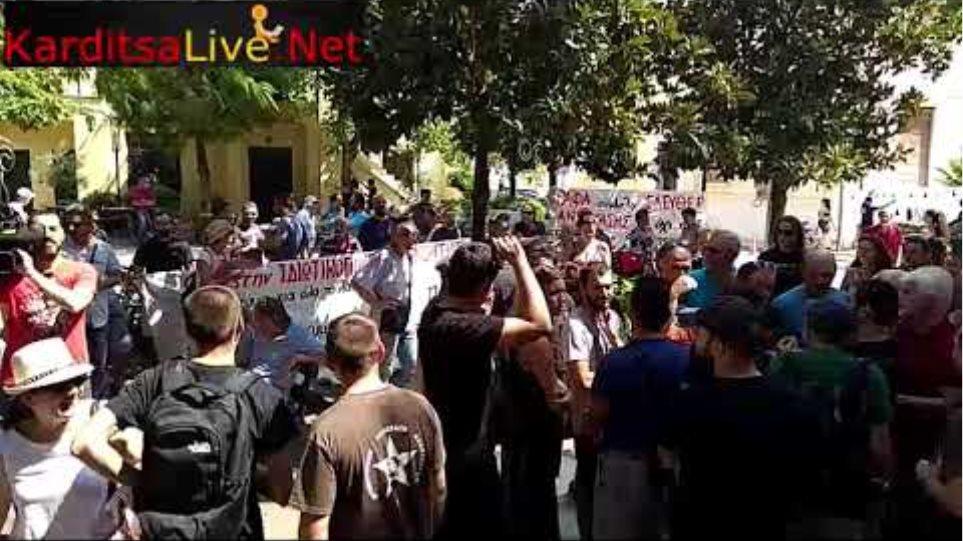 Διαμαρτυρία φορέων και πολιτών για τα αιολικά στα Άγραφα έξω από το Δημαρχείο Καρδίτσας