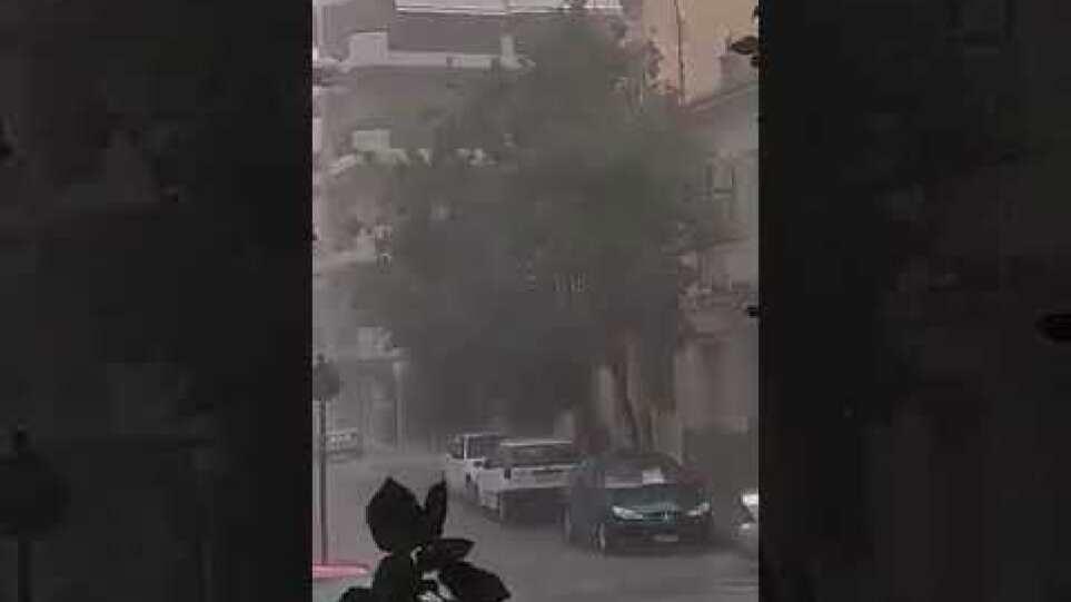 Ισχυρή καταιγίδα με μερική χαλαζόπτωση έπληξε την πόλη της Λάρισας πριν λίγη ώρα