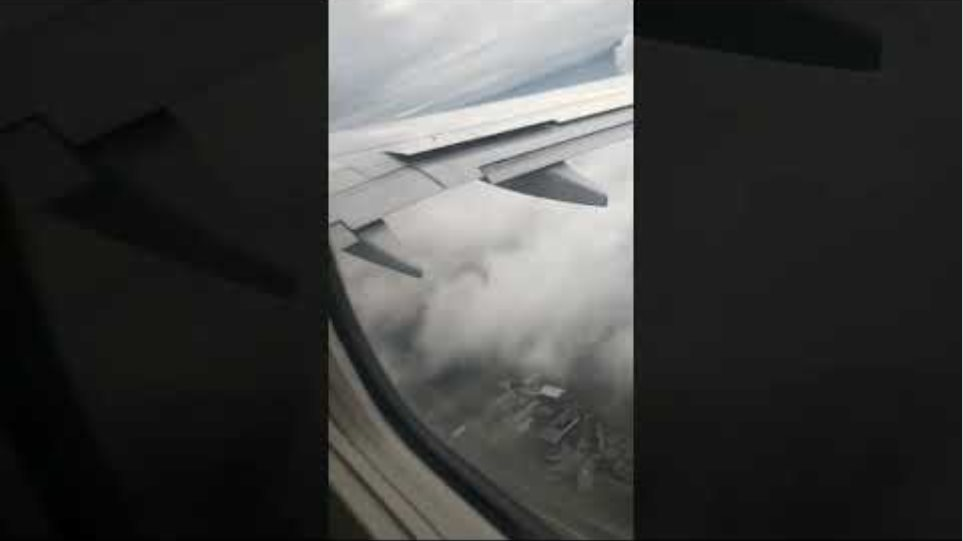 HORRIFYING MOMENT WHEN A PASSENGER ON AN AIRPLANE RECORDS THE AIRCRAFT'S ENGINE MAKING A FIRE.