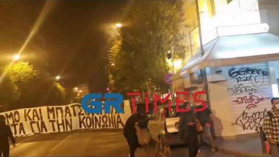 Οπαδοί πετούν αντικείμενα σε αστυνομικούς - GRTimes.gr