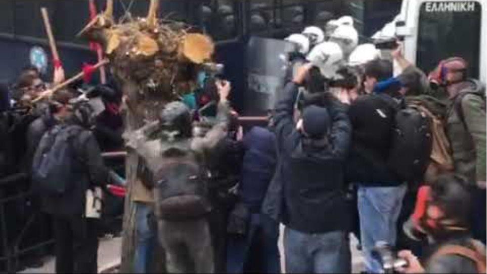 Ψεκάζουν με χημικά διαδηλωτές και δημοσιογράφους στο πρόσωπο