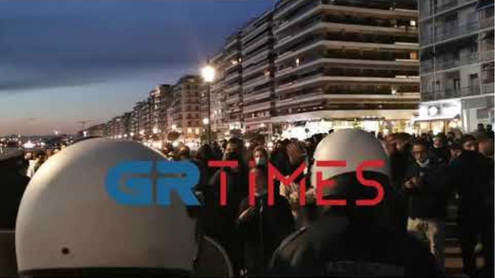 Λεκτική ενταση ΕΛΑΣ διαδηλωτών - GRTimes.gr