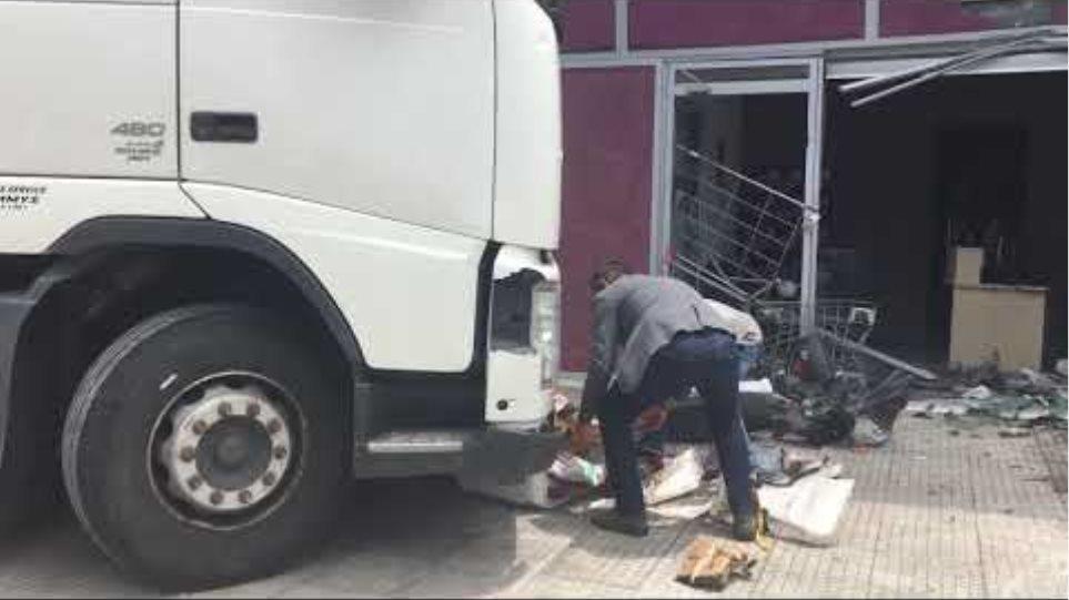 Χάος στην Πειραιώς: Φορτηγό «μπούκαρε» σε μαγαζί (1)