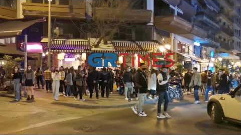Ποιος κορωνοϊός; Πάνω από 100 άτομα έπιναν... Κοκτέιλ - Επέμβαση της ΕΛΑΣ - GRTimes.gr