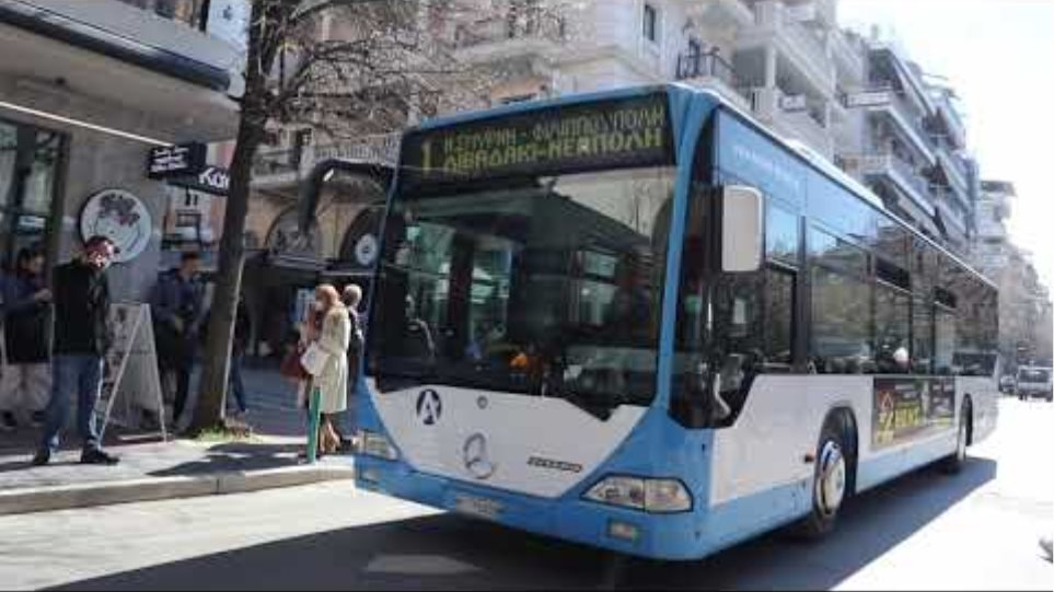 Οι πρώτες στιγμές μετά τον ισχυρό σεισμό στους κεντρικούς δρόμους της Λάρισας