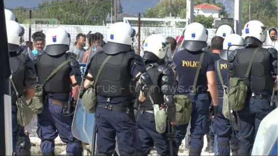 Ιωάννινα:Πετροπόλεμος ,υλικές ζημιές& 4 προσαγωγές για τις νέες αφίξεις από τη Μόρια  Ωρολογιακή «βόμβα» το προσφυγικό: Η κυβέρνηση επιστρατεύει δεκάδες σκάφη στο Αιγαίο wW83h5Xj LE