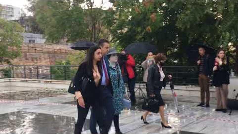 Υπόθεση Βιτριόλι: Στο Πρωτοδικείο Αθηνών συνοδευόμενη από τη μητέρα της και το δικηγόρο της