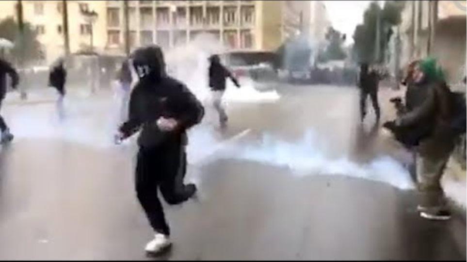 Δείτε τα επεισόδια  που ξέσπασαν έξω από το υπουργείο Εσωτερικών στη Σταδίου