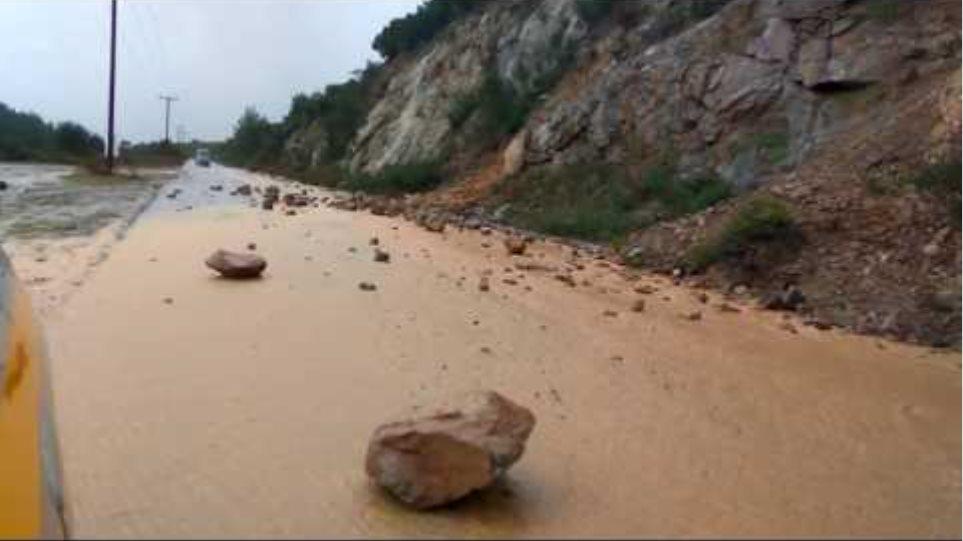 καταρρακτώδης βροχή στο δρόμο Συκιά - Κουφό