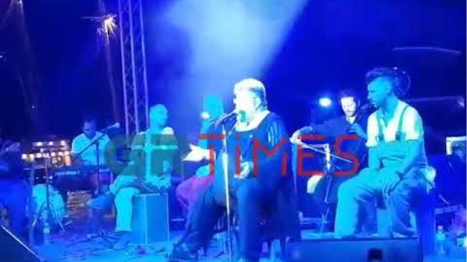 "Grtimes.gr - ""Κατσάδιασε"" μητέρα ο Κραουνάκης σε συναυλία του"