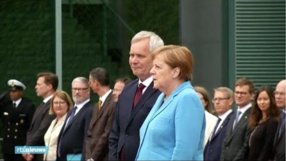 Angela Merkel opnieuw hevig trillend tijdens ceremonie - RTL NIEUWS