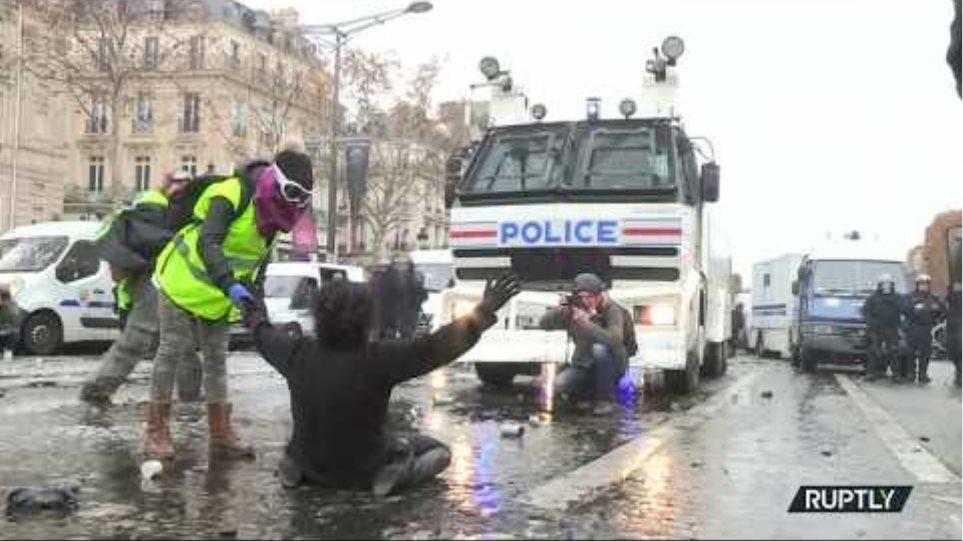 Water cannon & blood: Paris 'Yellow Vest' protest turns violent (DISTURBING FOOTAGE)