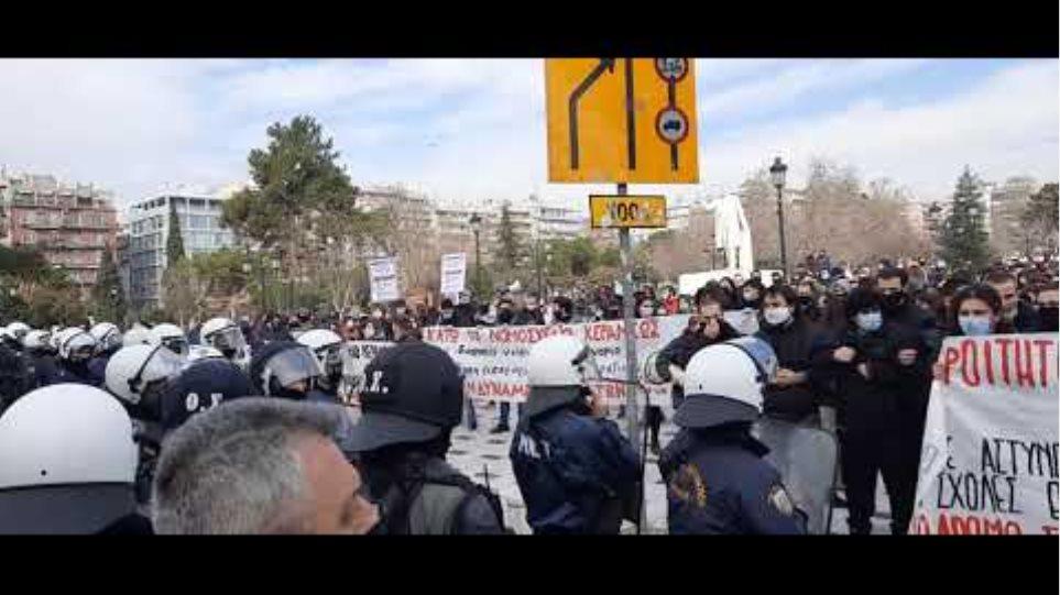Thestival.gr φοιτητές στο άγαλμα Βενιζέλου