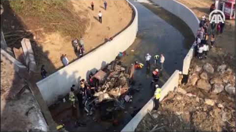 İzmir'de düzensiz göçmenleri taşıyan kamyon devrildi