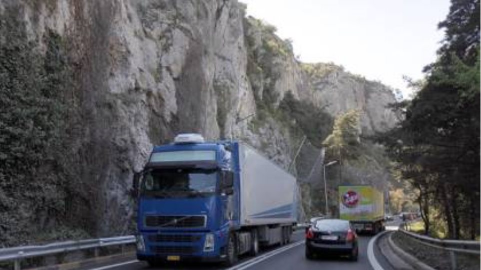 Τροχαίο από πτώση βράχου στην Κοιλάδα των Τεμπών