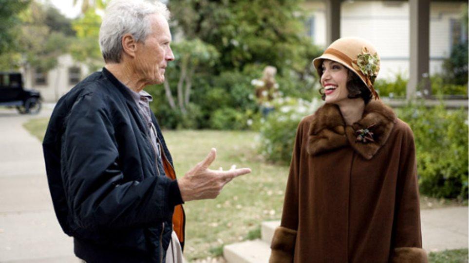 """Ο Clint Eastwood δίνει τα """"φώτα"""" του στην Jolie"""
