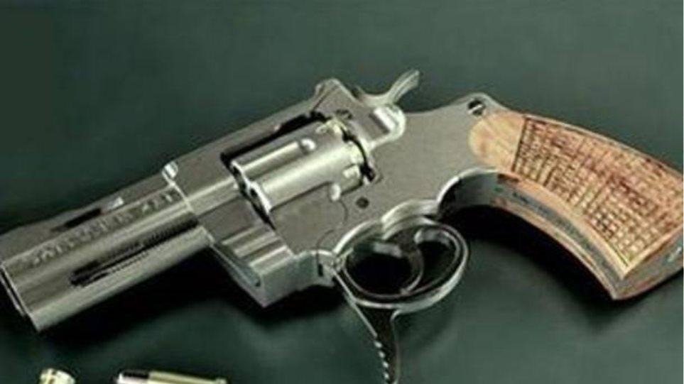 Πυροβόλησε συγχωριανό του και πέταξε το όπλο